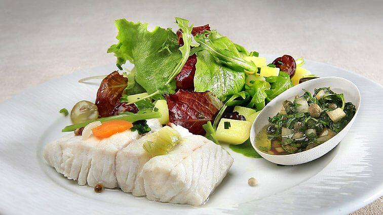 Recette : Pavé de merlu en court-bouillon, ravigote et petite salade du moment - TerreAzur