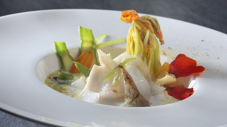 Recette : Effeuillé de merlan en soupe coco-céleri, fleurs et mini-légumes - TerreAzur
