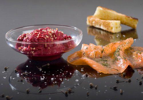 Recette : Gravlax de saumon et sa tahina de betterave rouge - EpiSaveurs