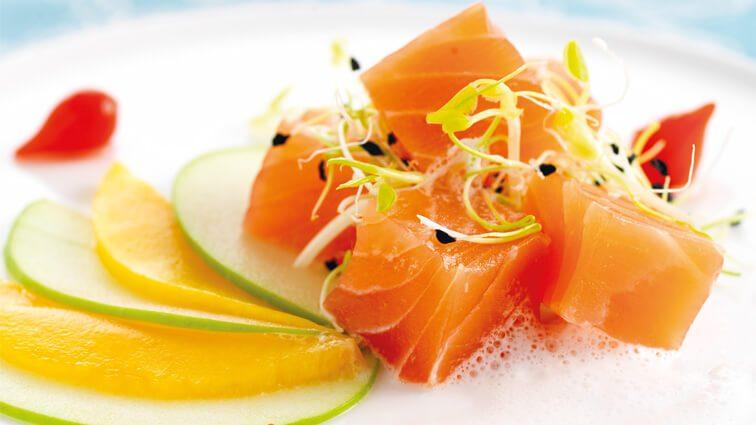 Recette : Cubes de saumon fumé aux fruits, écume de panais - TerreAzur