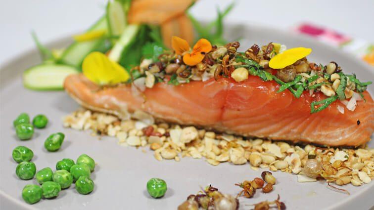Recette : Pavé de saumon à l'unilatérale, noisettes et amandes craquantes en pêle-mêle du jardin - TerreAzur