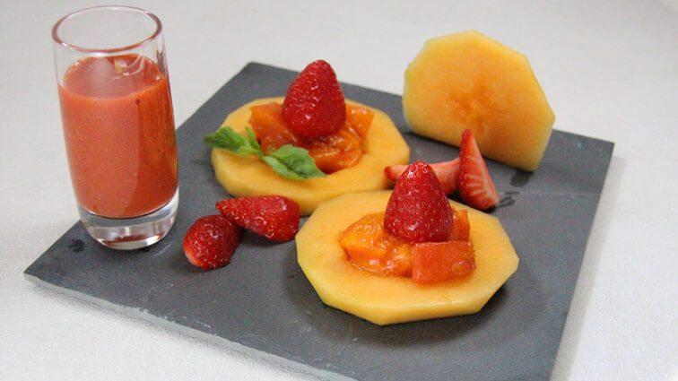 Recette : Melon en disques aux abricots rôtis au miel, fraises et smoothie verveine - TerreAzur