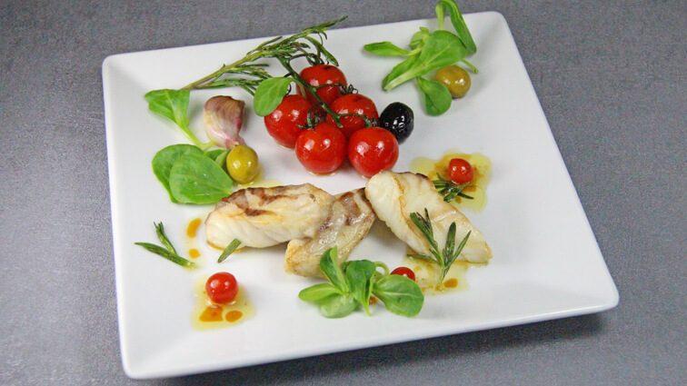 Recette : Filet de bar juste saisi à l'huile d'olive, tomates cerise et vinaigre de Xérès - TerreAzur