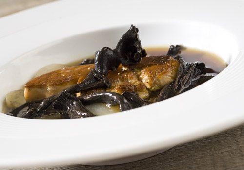 Recette : Nage de foie gras et son bouillon de bœuf aux trompettes et topinambours - EpiSaveurs
