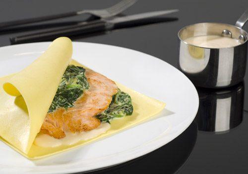 Recette : Raviole ouverte au saumon et épinard safrané - EpiSaveurs