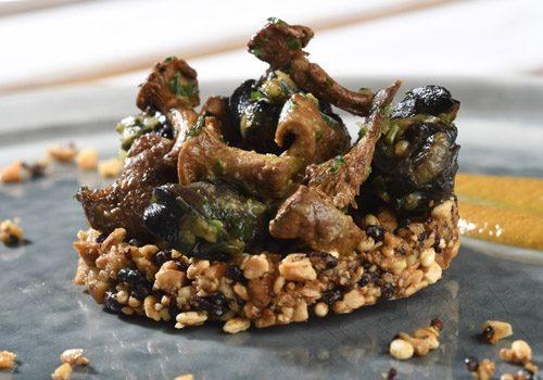 Recette : Granola de quinoa, escargots en persillade et crème de girolles - EpiSaveurs