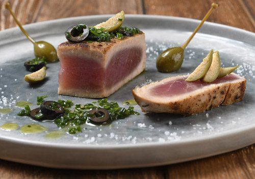 Recette : Thon juste saisi vinaigrette câpre et olive - EpiSaveurs