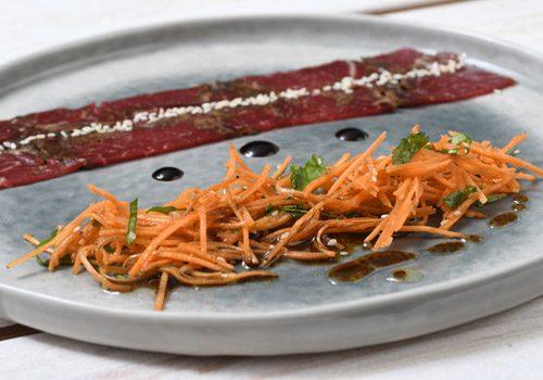 Recette : Gravlax de bœuf mariné aux épices, julienne de carottes croquantes à la coriandre - EpiSaveurs