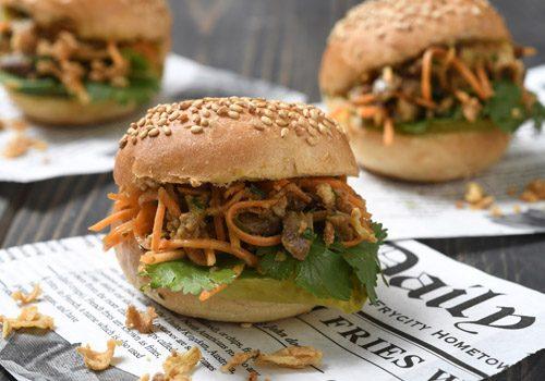 Recette : Bao burger au canard effiloché, soja et satay - EpiSaveurs