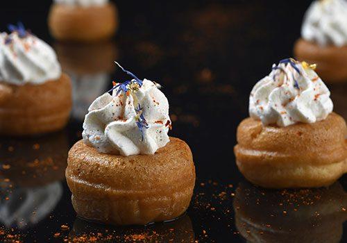 Recette : Mini baba au rhum, sirop aux épices, chantilly au chocolat blanc et piment d'Espelette - EpiSaveurs