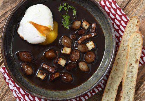 Recette : Œufs en meurette, sauce au vin rouge, oignons caramélisés - EpiSaveurs