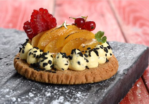 Recette : Sablé croustillant, abricots rôtis et crème au sésame noir - EpiSaveurs