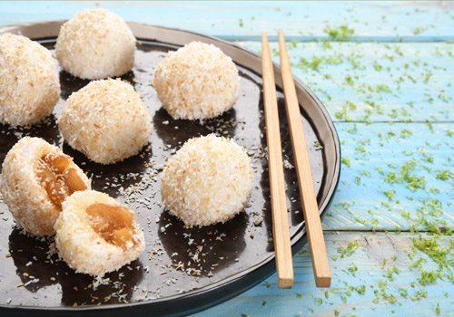 Recette : Boule de riz gluant, cube de pomme tatin à la cannelle et sésame - EpiSaveurs