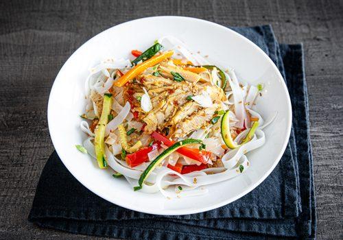 Recette : Wok de nouilles de riz aux légumes du soleil et au poulet - EpiSaveurs